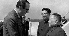 1975年5月12日拍摄的法国总理希拉克(左)在机场迎接邓小平副总理访问