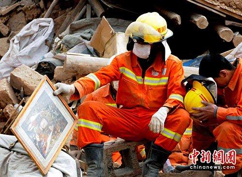 图文:甘肃救援队清理出文成公主画像