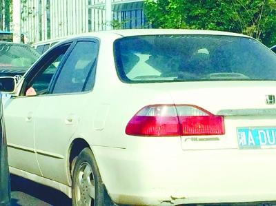 长沙奇葩司机光脚伸窗外 被网友戏称:在练瑜伽