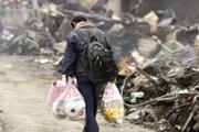 幸存者在废墟中寻找可用的物品