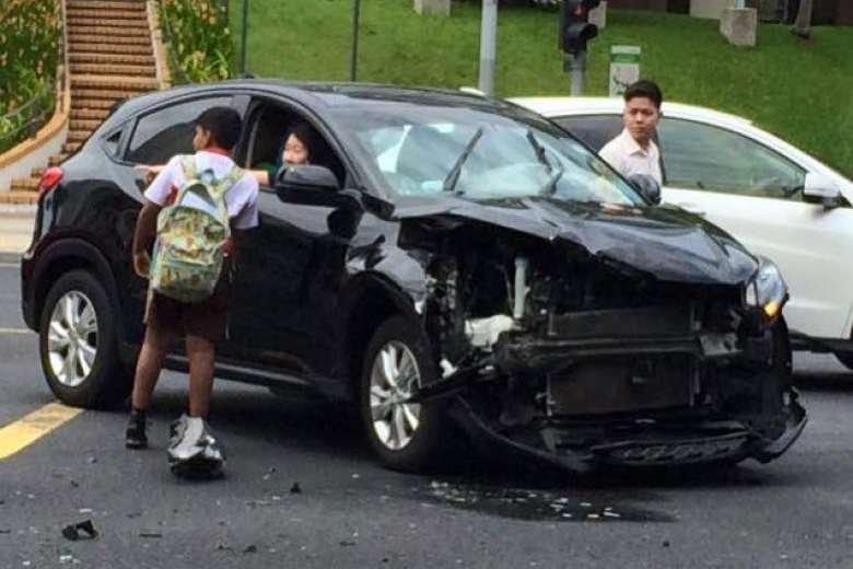 别人都在围观车祸现场 只有 12 岁的他挺身而出