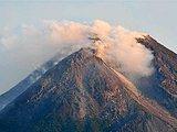 默拉皮火山冒出浓烟