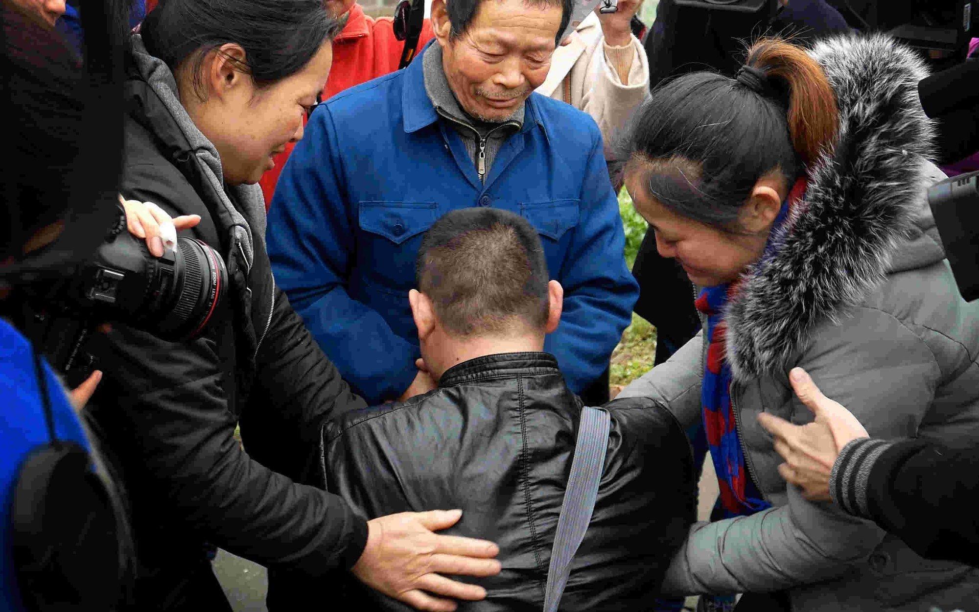 聋哑儿被拐25年后回家 满身伤痕跪哭在爸爸面前