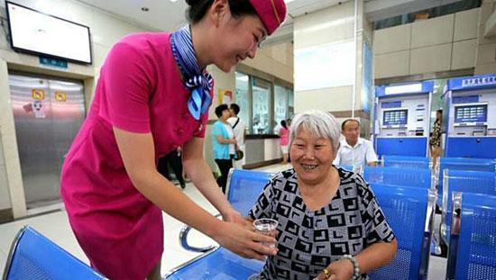 """多地医院推""""空姐式""""服务 护士参加航空培训"""