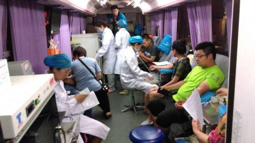 济南产妇羊水栓塞急需AB型血 千人献血堵塞交通
