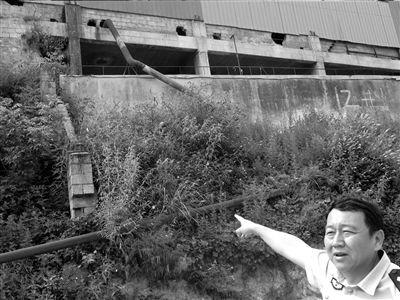 在通宇厂房的外侧,尾矿水通过管道排出厂外。