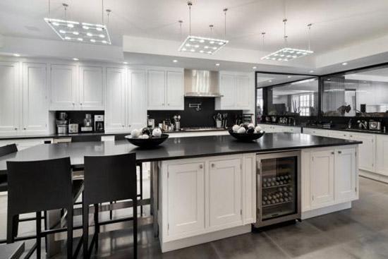 黑白色的中岛吧台俐落又大气,和餐桌一体化的设计,让空间机能十足.
