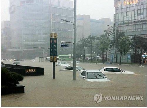 暴雨致韩国首尔交通瘫痪 地铁站遭雨水倒灌