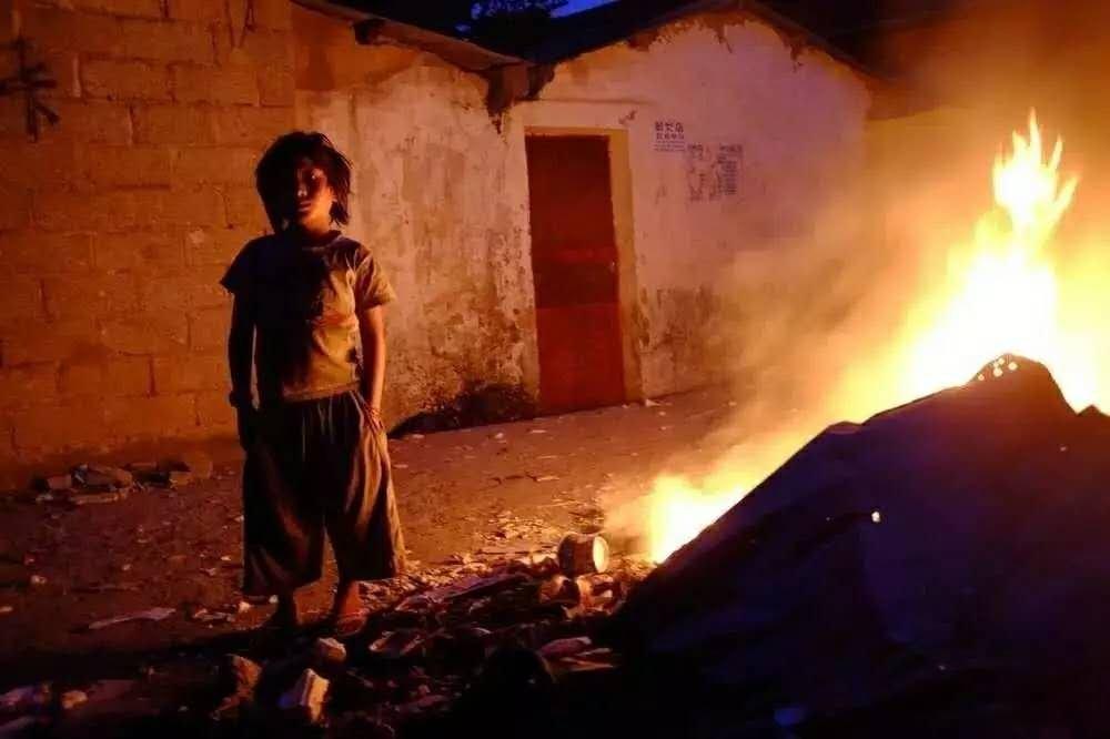 傍晚燃火取暖的小女孩。果敢老街市,2016年。摄影/柴春芽