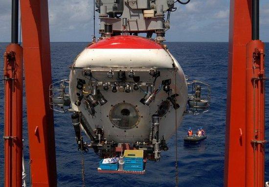 """""""蛟龙""""号第4次下潜在5182米海底放置中国龙木雕"""