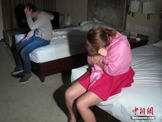 图为警方检查时发现的涉嫌卖淫嫖娼人员。王正祥 摄