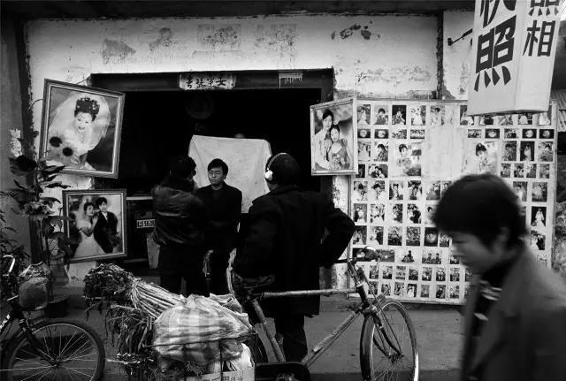 2003年1月31日,河南省伊川县。一位男青年正在乡村照相馆照相。