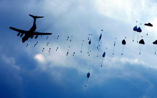 数千空降兵新兵首次大飞机跳伞:离机前唱这歌
