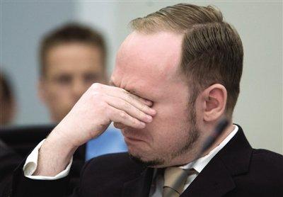 资料图:2012年4月16日奥斯陆,法庭播放布雷维克行凶前上传到网络的视频时,其掩面而泣。