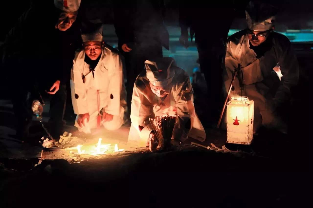 送灯仪式最后的环节,祭拜恭送亡灵,指明上西天的路。