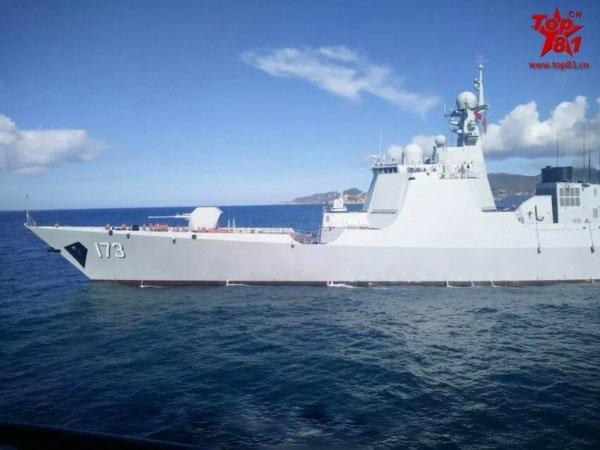 052D大驱173号长沙舰曝猛照:蓝水海洋上航行