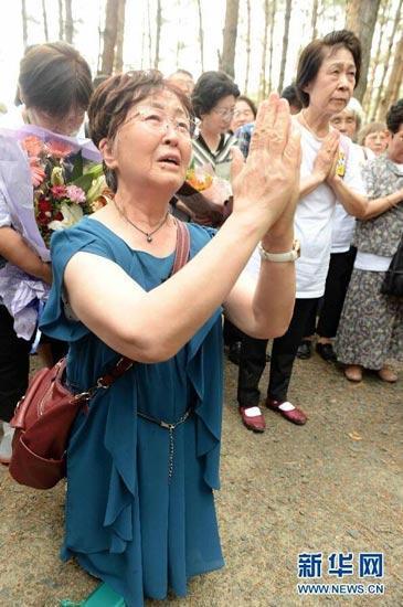 日本遗孤来华祭拜中国养父母 下跪痛哭(组图)
