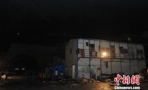 直击湖南隧道爆炸现场:消防官兵连夜搜救(图)