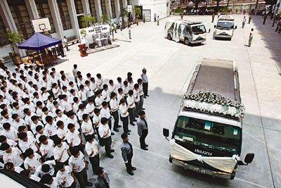 在菲律宾人质事件中遇害的梁家父女3人举殡