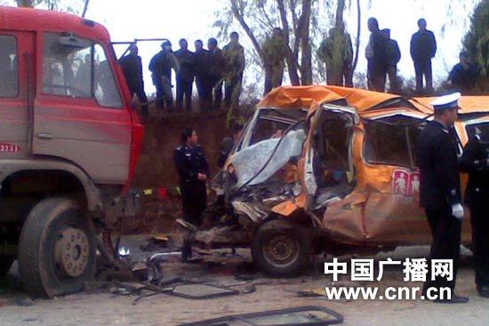甘肃省正宁县一幼儿园校车被撞 已致19人遇难