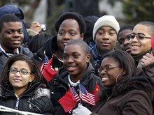 美国学生等候欢迎仪式开始
