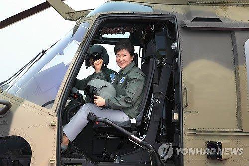 韩国女总统亲自乘驾首款国产军用直升机(图)