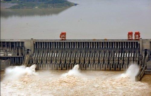 7月17日下午,三峡大坝开启4个泄洪深孔和1个排漂孔,将出库流量由32000立方米/秒增大到34000立方米/秒以下泄洪水。新华社发(郑家裕 摄)