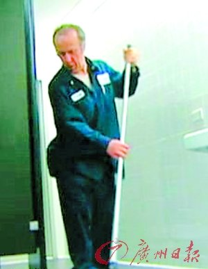 52岁清洁工蹭课19年获美哥伦比亚大学学士学位