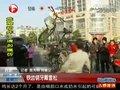 """视频:合肥一男子""""铁齿铜牙""""叼起自行车"""