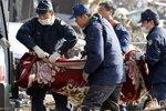 救援人员在日本灾区搜寻遇难者遗体