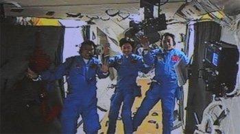 三名航天员进驻天宫一号 挥手致意