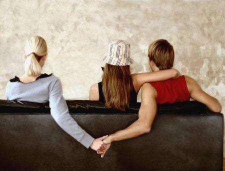 丈夫给妻子闺蜜自拍照点赞 妻子一怒要离婚