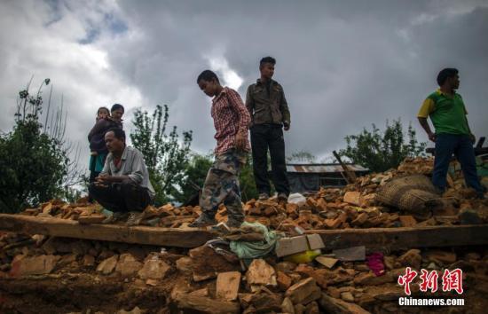 尼泊尔强震已致超6200人遇难 2人被埋5天后获救