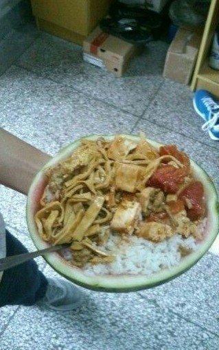 中学生为免洗碗用西瓜打饭