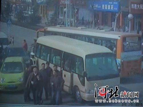 网贴曝河北邢台县长专车闯红灯撞残中学生
