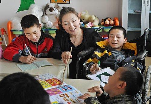 特教老师为智障儿童上智力康复训练课图片
