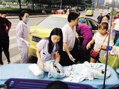 产妇出租车上生双胞胎 哥哥出生弟弟还在肚子里