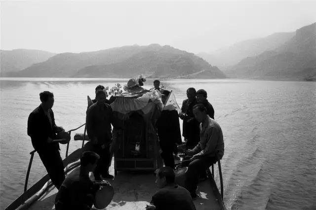 2003年4月15日,河南省渑池县。村民用船将神像北渡黄河运往山西。