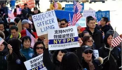 80后美国华裔警官射杀黑人被起诉 种族歧视还是合理判决?