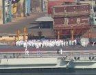 大批水兵聚集在甲板上