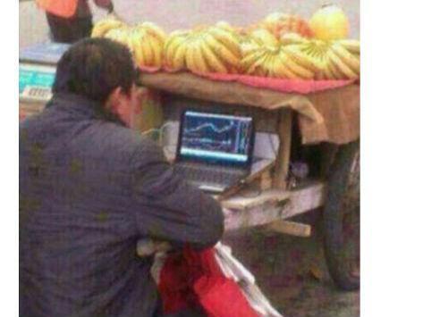 中国散户边卖香蕉边炒股 照片引美网友吐槽(图)