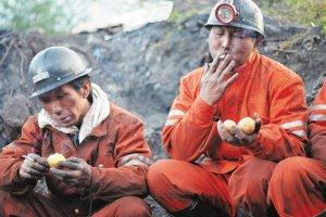 师宗矿难20名遇难者运出井外 22人仍失踪
