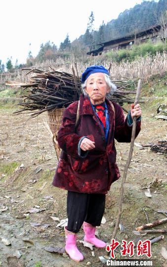 湖北利川百岁老太每天喝1斤白酒坚持做农活