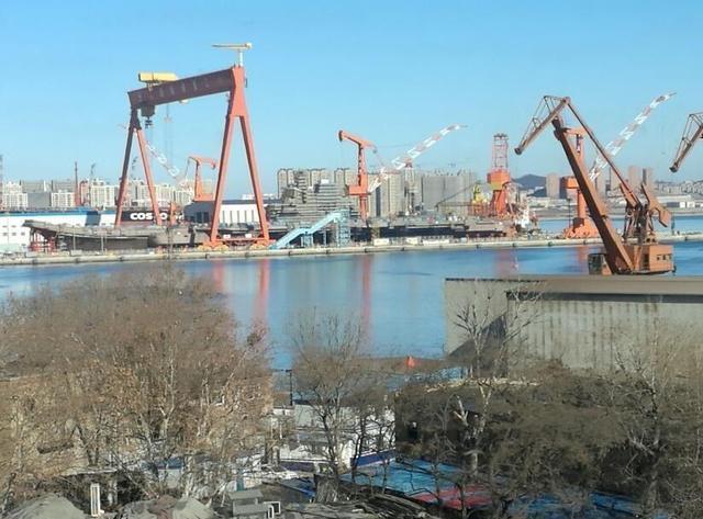 """中国首艘国产航母""""海军节下水""""?性能备受猜测"""