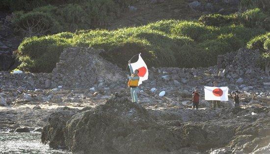 """日本12人登上钓鱼岛""""慰灵"""" 在岛上竖起国旗"""
