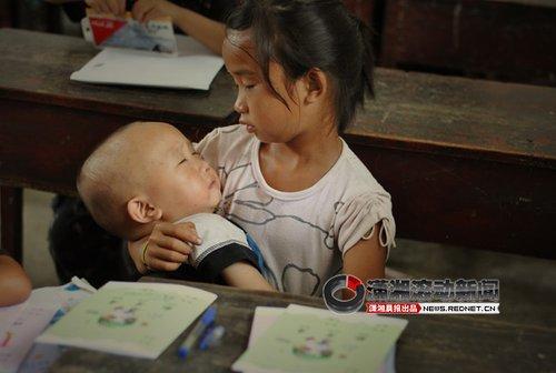 女童课堂带弟弟读书照感动网友(组图)