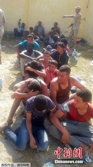 9月22日消息,埃及官方媒体中东社报道,一艘载有约600名非法移民的船只21日在埃及北部地中海海岸附近沉没,造成至少30人遇难。图为被解救的难民。