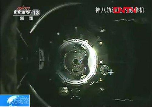 11月14日晚,天宫一号与神舟八号实现第二次交会对接。图为二次对接的视频截图。中新社发