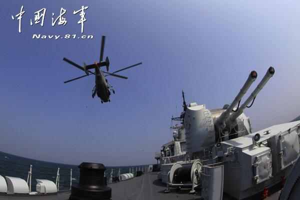 中国海军现代级驱逐舰同时指挥3型直升机作战