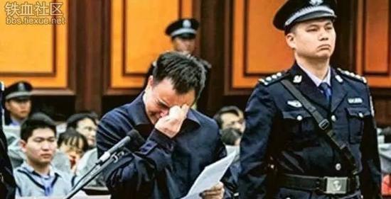 落马老虎庭审现场垂泪痛哭 媒体:能换回轻判吗